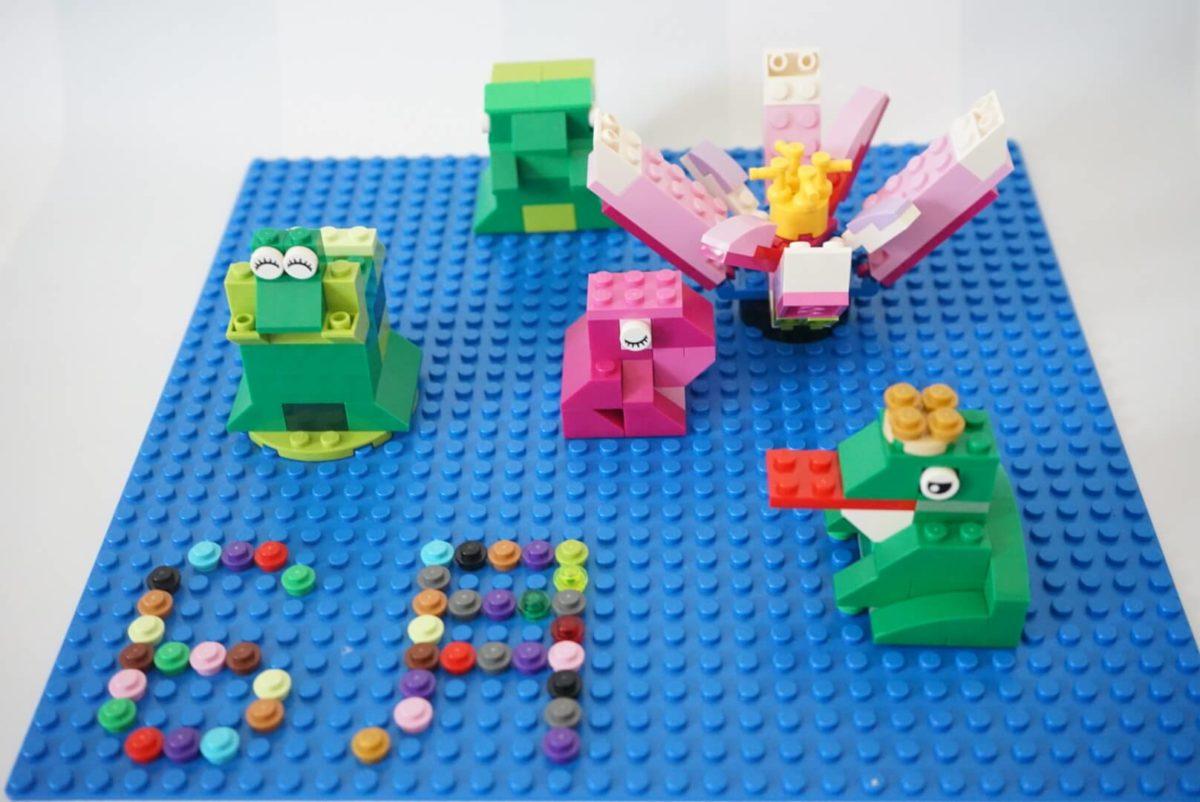 レゴで作ったカエルを飾る