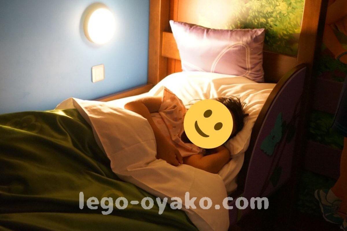 レゴランドホテルの2段ベッドで寝る子ども